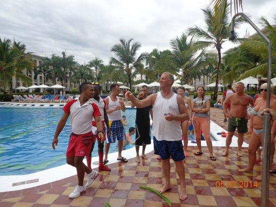 Hotel Riu Palace Punta Cana: Playing darts poolside