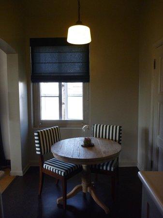 Palihouse Santa Monica: Sitzecke nd Küche der Suite