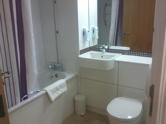 Premier Inn Cheltenham Central (West/A40) Hotel: Bathroom.