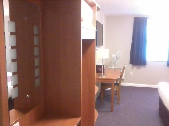 Premier Inn Cheltenham Central (West/A40) Hotel: Side view. Nice modern fittings.