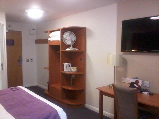 Premier Inn Cheltenham Central (West/A40) Hotel : Modern amenities, nice big TV.