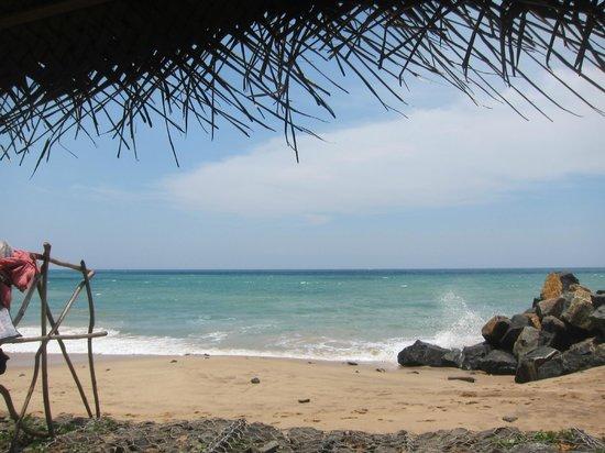 Kingfisher Guest House and Restaurant: Im Liegestuhl am Strand vor der Haustür