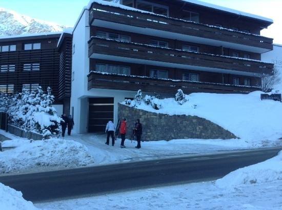 Saleghes Mountain Residence: Вид на отель с дороги