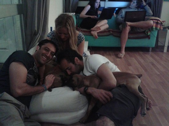 Carcavelos Surf Hostel: With José and our puppy Chicco!!