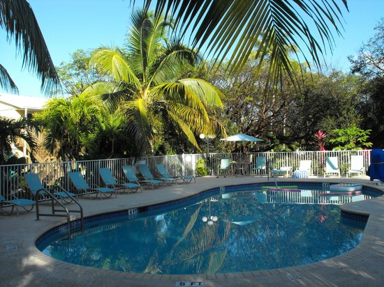 Bay Harbor Lodge : wonderful pool with lots of chairs