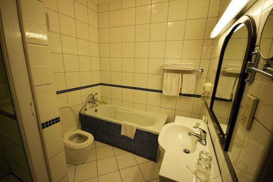 Protea Hotel by Marriott Dar es Salaam Courtyard: Bathroom - Protea Courtyard Dar