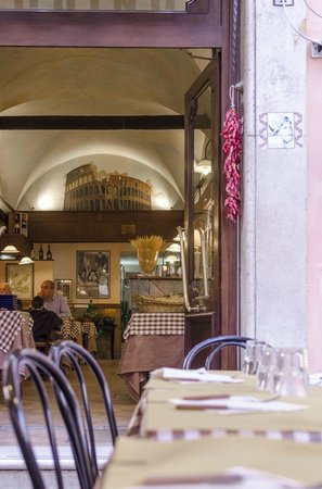 Osteria Pizzeria Pasquino : Looking in to the restaurant