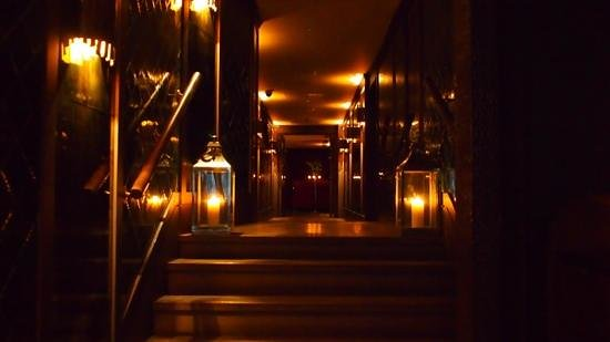 The May Fair Hotel: Route to the cigar lounge