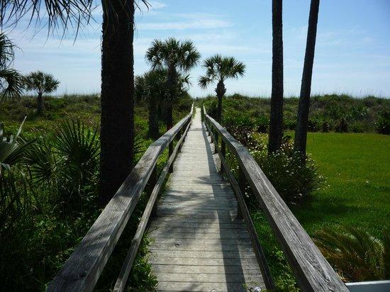 Beachfront Bed & Breakfast: Boardwalk to beach