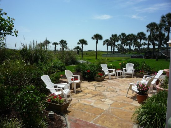 Beachfront Bed & Breakfast: Splendid patio area