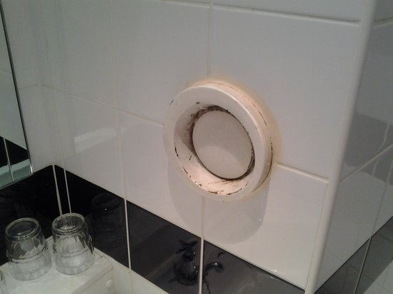 Coventry Hill Hotel: Dirty bathroom vent