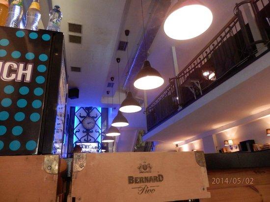 Bernard Piwiarnia- Restauracja: Sala de la planta baja, junto a la entrada y barra
