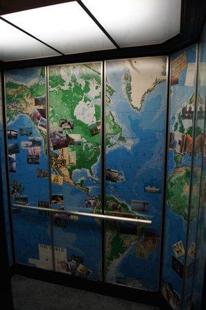 Hotel Carlton, a Joie de Vivre hotel: Un elevador muy internacional decorado con recuerdos y souvenirs de casi todo el mundo.
