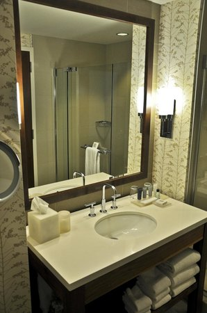 JW Marriott Indianapolis: Bath, King Room, 33rd Floor, JW Marriott, Indianapolis, IN