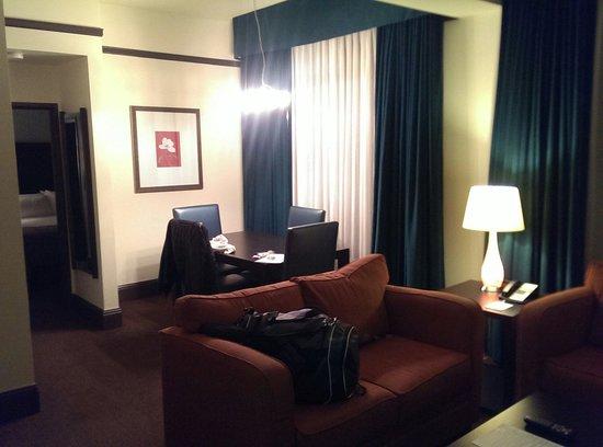 Magnolia Hotel Denver: Large living area suite 522