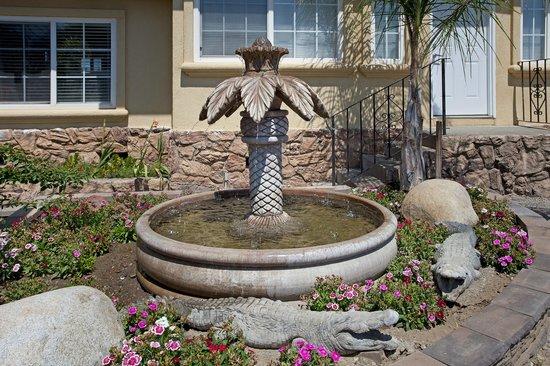 Traveler's Inn: Water fountain