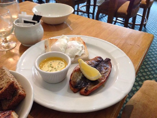 Boyne Valley Hotel & Country Club: Brekky kippers with herb butter and poached eggs.