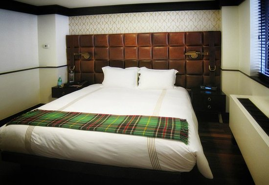 Gild Hall - A Thompson Hotel: King Bed with tufted leather headboard