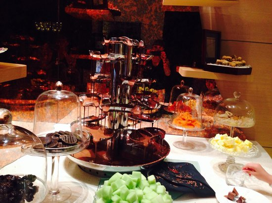 Jumeirah at Etihad Towers : Chocolate fountain at the Rosewater