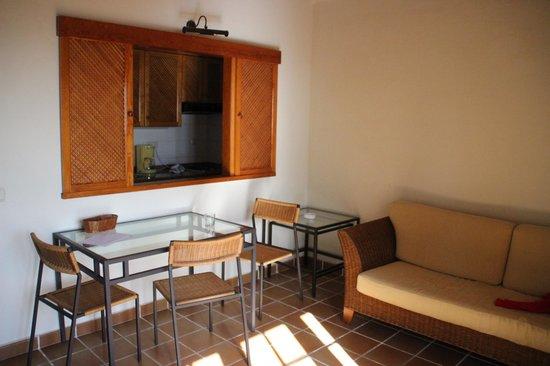 Brenas Garden Aparthotel: Comedor apartamento