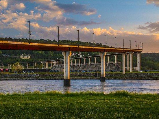 Big Dam Bridge: Bike trail crossing river.