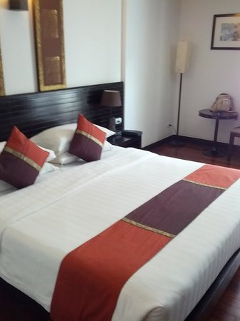 Tara Angkor Hotel: King bed