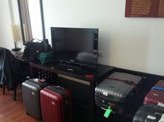 Tara Angkor Hotel: Luggage with desk and TV