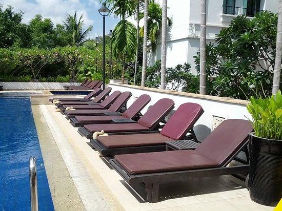 Tara Angkor Hotel : Pool with loungers