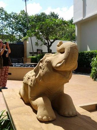 Tara Angkor Hotel : Elephant!