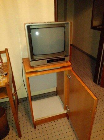 TRYP by Wyndham Kassel City Centre : Televisor FÓSIL, sobre mueble de nevera que en otro tiempo hubo