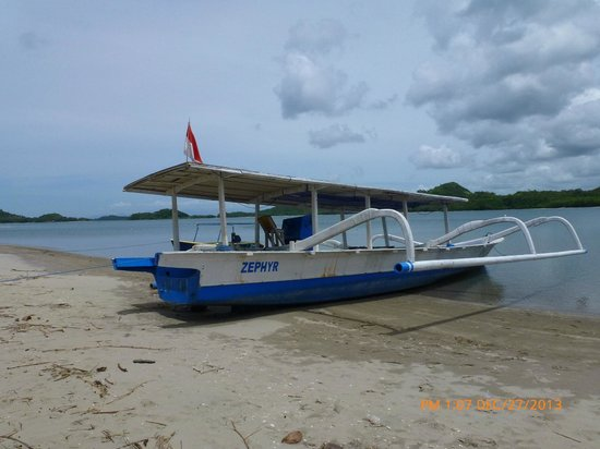 Pearl Beach Resort : Transport boat on the beach