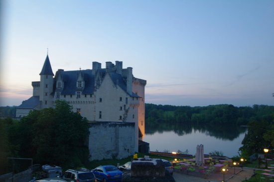Hotel Le Bussy : Château de Montsoreau en bord de Loire le soir