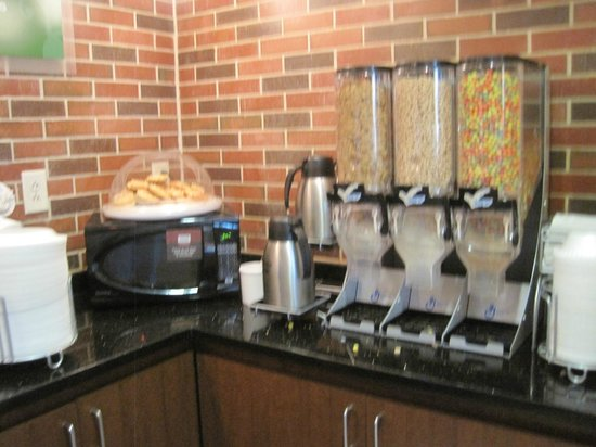 Comfort Suites West of the Ashley: Breakfast area/selections