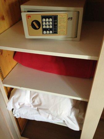 Hôtel de la plage : armario y caja fuerte habitación 19