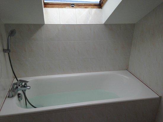 Hotel de la Plage: habitación 19 y ventana buhardilla baño