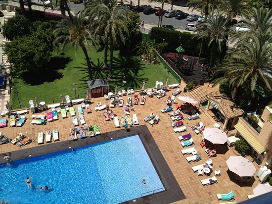Hotel Helios Benidorm: View from my room of the pool and grounds
