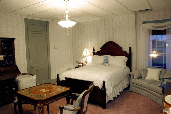 Downtown Bed & Breakfast: Pennsylvania Room use alone or join with the B&O Room