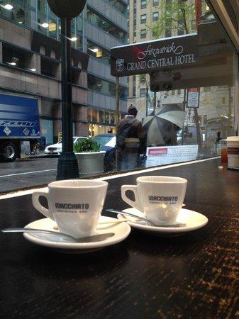 Fitzpatrick Grand Central Hotel: Cafe ao lado do hotel