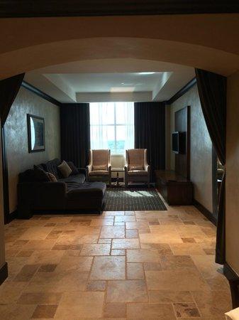 The Artesian Hotel, Casino & Spa: Living area in room