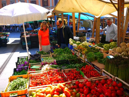 Trustevertastes : Selecting fresh produce at the open air market