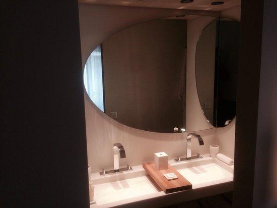Hotel De Nell: Waschbecken Badezimmer