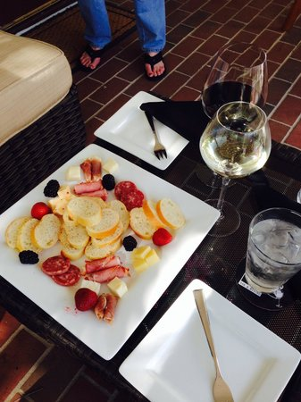 Chez Trappeur Bar and Bistro: Appetizers on the patio