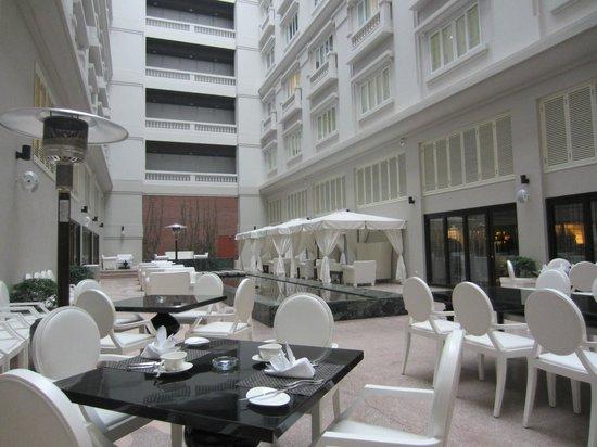 Hotel de l'Opera Hanoi: Courtyard
