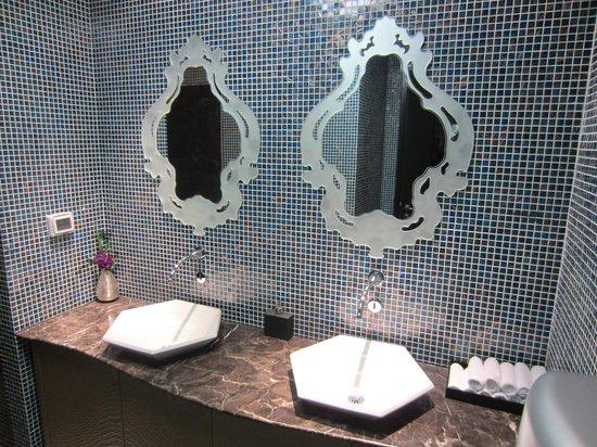 Hotel de l'Opera Hanoi: Lobby bathroom
