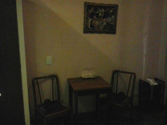 La Fresque: Mesa próxima ao banheiro/escada