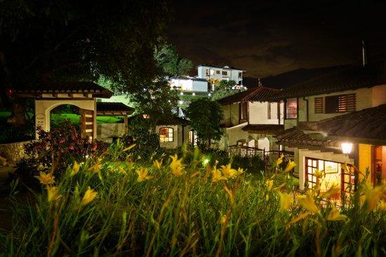 Luna Runtun, Adventure SPA : Jardines en la noche desde la recepción