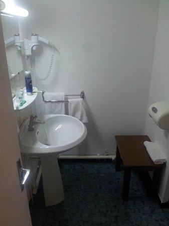 Hotel du Midi : Bagno angusto - la foto non rende