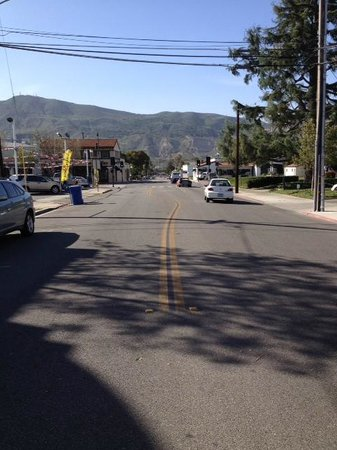 Santa Paula Inn: Looking down the street in front of the Inn.