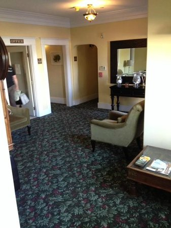 Santa Paula Inn: View of the lobby, with reception to the left.