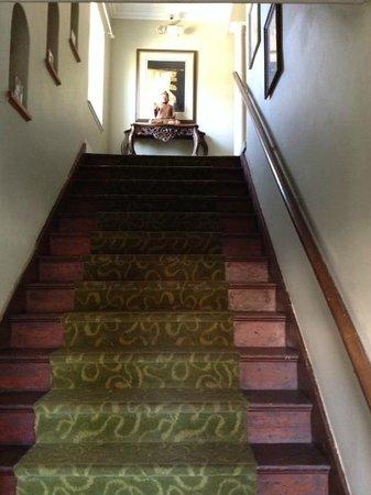 Santa Paula Inn: Staircase up to the second floor.